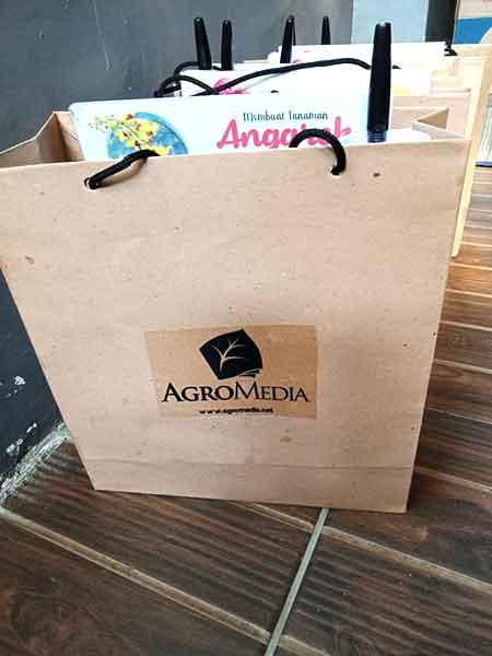 Merchandise untuk peserta workshop, kerjasama antara penulis dan AgroMedia.